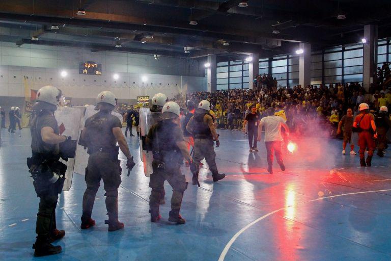 ΑΕΚ-Ολυμπιακός: Οι διαιτητές ζήτησαν την εκκένωση του γηπέδου   tovima.gr