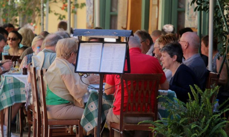 Πώς «έφαγαν» τη μείωση του ΦΠΑ στην εστίαση | tovima.gr