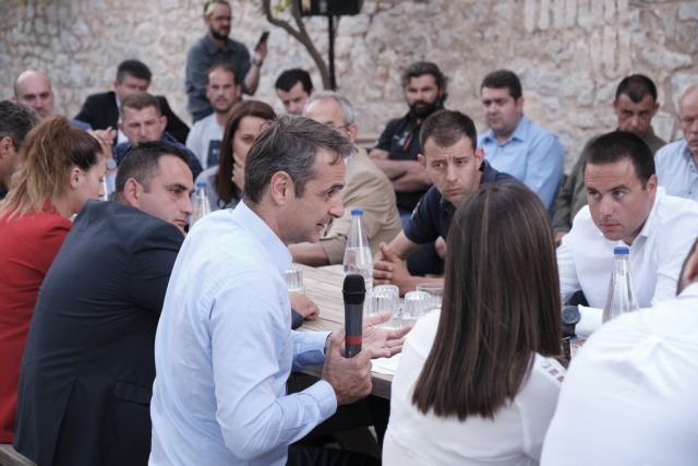 Mitsotakis scraps rallies, opts for topical discussion with small groups   tovima.gr