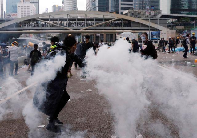 Χονγκ Κονγκ: Αστυνομία – διαδηλωτές συγκρούστηκαν έξω  από το κοινοβούλιο   tovima.gr