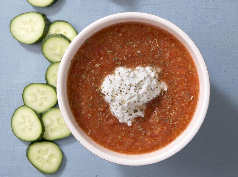 Κρύα σούπα χωριάτικης σαλάτας με μους ξινομυζήθρας | tovima.gr