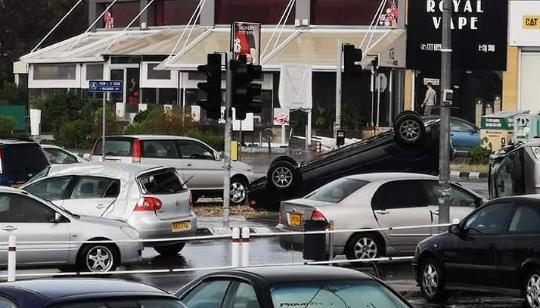 Ανεμοστρόβιλος αναποδογύρισε αυτοκίνητα στην Κύπρο | tovima.gr