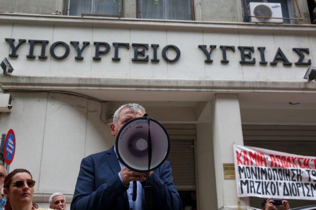 ΠΟΕΔΗΝ κατά Πολάκη: Ανανεώνει τη θητεία 42 διοικητών νοσοκομείων | tovima.gr