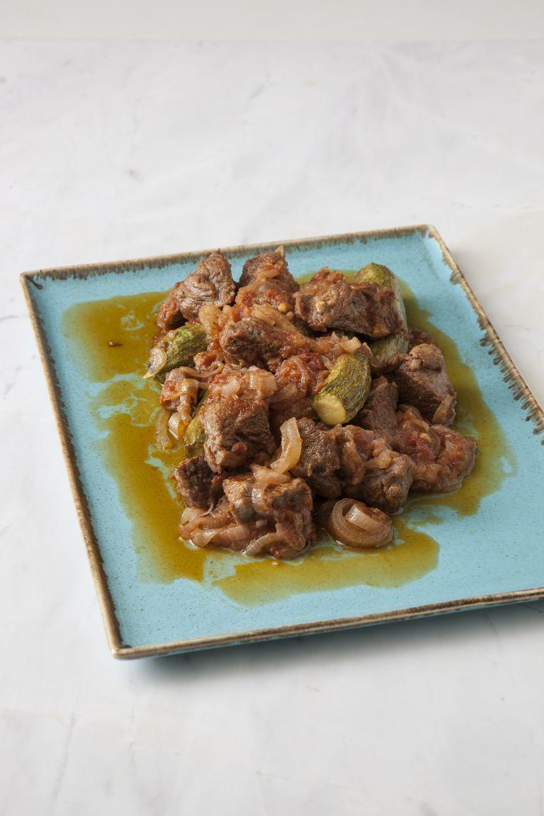 Καλοκαιρινό στιφάδο με μοσχάρι ή βοδινό και  κολοκυθάκια | tovima.gr