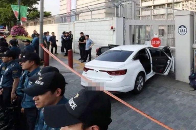 Σεούλ: Άντρας έριξε όχημα με γκαζάκια στην πρεσβεία των ΗΠΑ | tovima.gr
