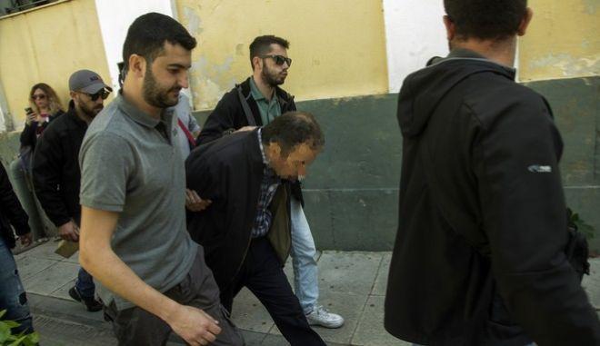 «Έσπασαν» τα ισόβια για τον πατέρα που πέταξε νεκρή την 6χρονη Στέλλα σε κάδο σκουπιδιών   tovima.gr