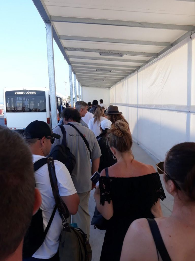 Χαμός και απίστευτη ταλαιπωρία στο αεροδρόμιο Σαντορίνης | tovima.gr