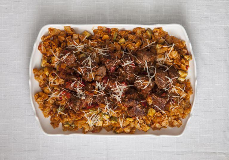 Μοσχαράκι με κολοκυθάκια και χυλοπίτες | tovima.gr