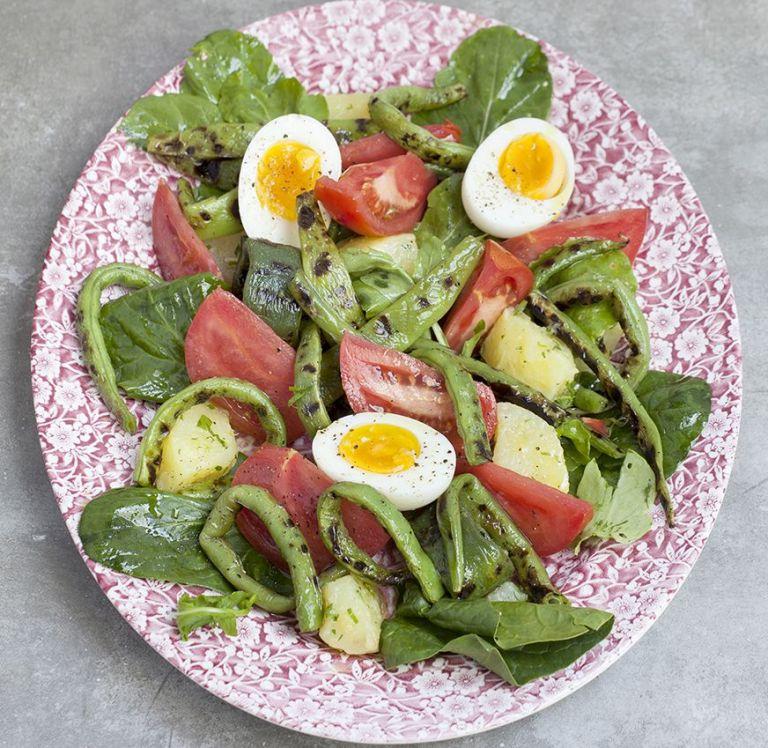 Πατατοσαλάτα με φασολάκι σχάρας, ντομάτα και βραστά αβγά. | tovima.gr