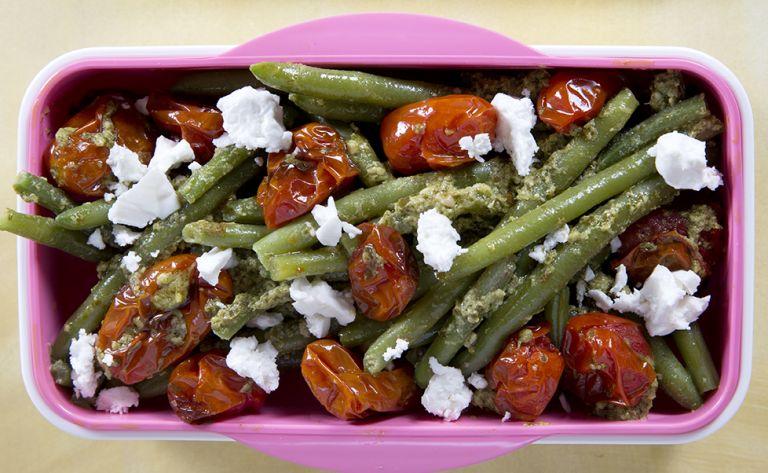 Σαλάτα με πράσινα φασολάκια, πέστο και ψητά ντοματίνια | tovima.gr