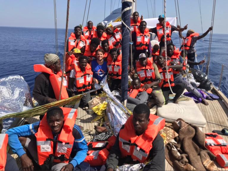 Ώρες αγωνίας για τους πρόσφυγες του «Alex» | tovima.gr