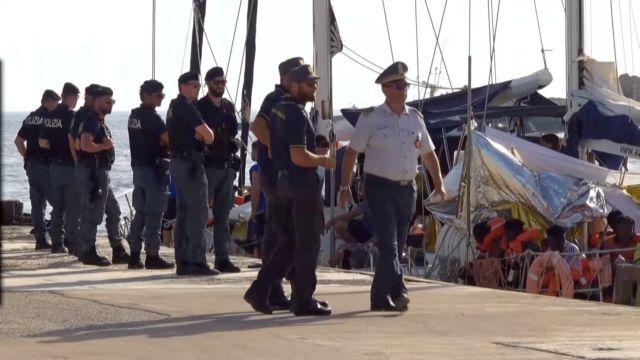 Ιταλία: Ελλιμενίσθηκε μετά κόπων και βασάνων το ιστιοφόρο Alex με τους πρόσφυγες   tovima.gr