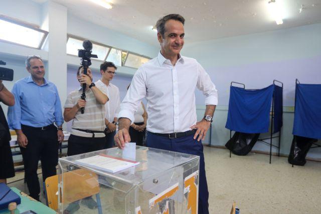 Ενταση έξω από το εκλογικό τμήμα που ψήφισε ο Κυριάκος Μητσοτάκης | tovima.gr