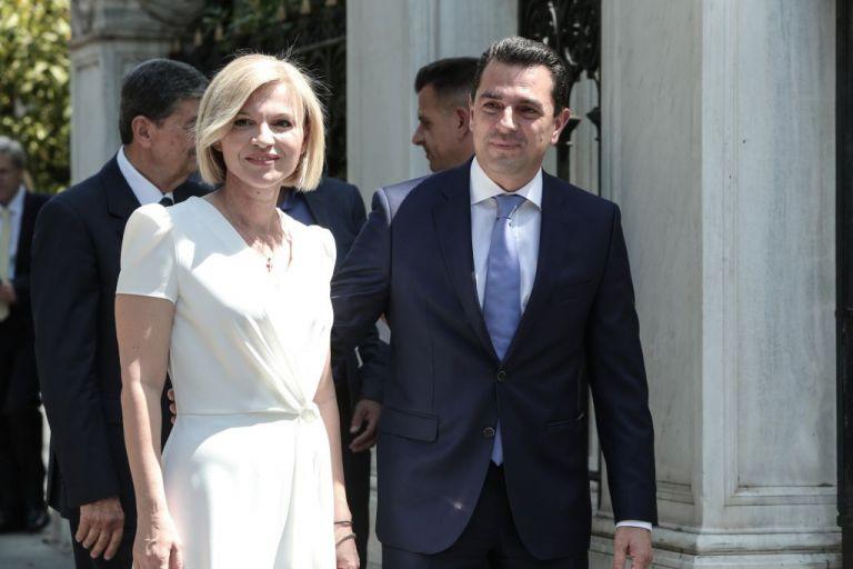 Η άφιξη του Κώστα Σκρέκα με την κομψή σύζυγό του | tovima.gr
