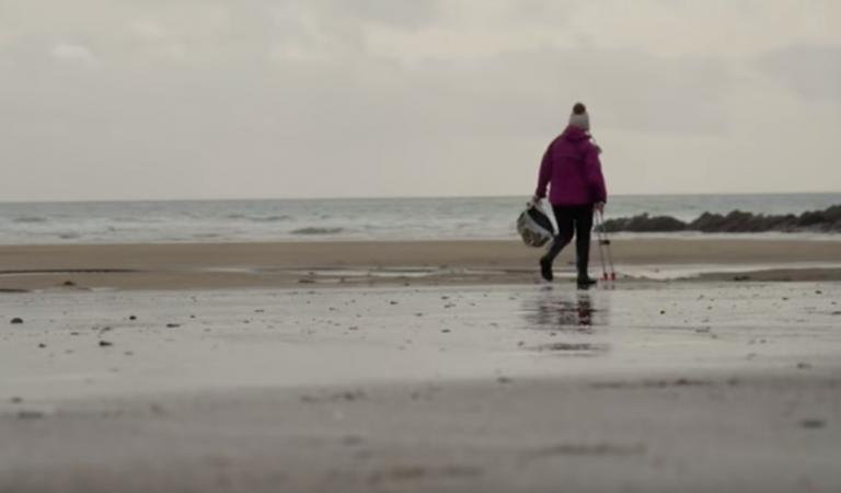 Πατ Σμιθ: Η 70χρονη ακτιβίστρια που καθάρισε μόνη της 52 παραλίες | tovima.gr