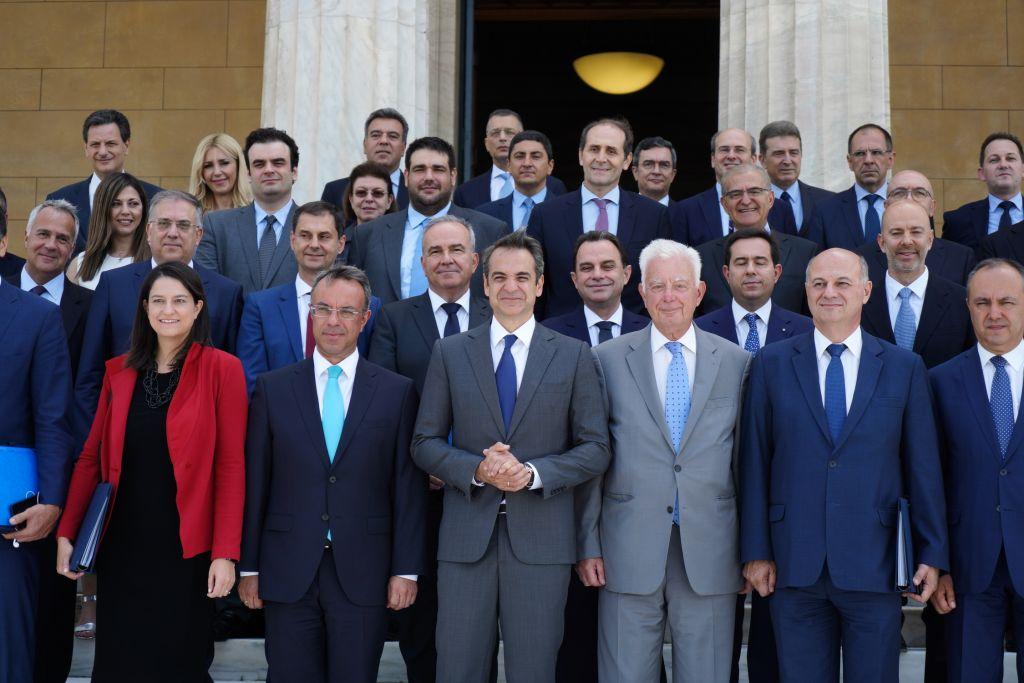Τα ντεσού κατά τη λήψη της οικογενειακής φωτογραφίας της νέας κυβέρνησης στο περιστύλιο της Βουλής - Ειδήσεις - νέα - Το Βήμα Online