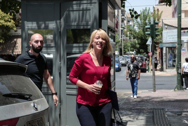 Σάλος με τη Ρένα Δούρου και την ανάρτηση με φωτογραφία της καπνίστριας Μελίνας Μερκούρη | tovima.gr