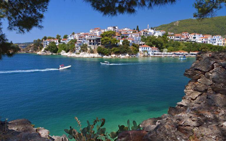 Ακυβέρνητο πλοίο με ξένη σημαία στα ανοιχτά της Σκιάθου | tovima.gr