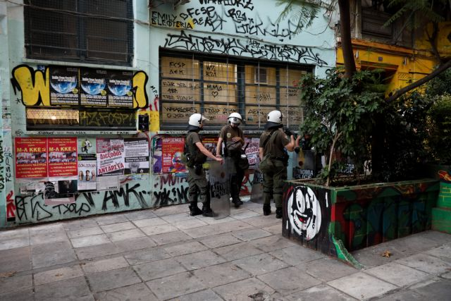 Ταυτοποιήθηκε ανήλικος για την επίθεση με πέτρες σε εκλογικό κέντρο στα Εξάρχεια | tovima.gr