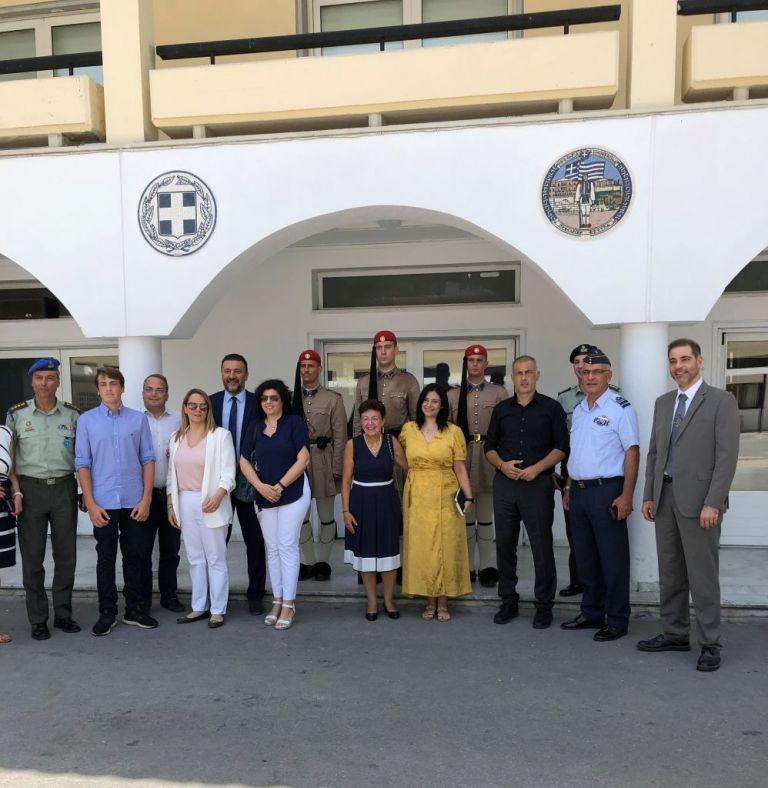Επίσκεψη του Γιάννη Μώραλη στο στρατόπεδο της Προεδρικής Φρουράς | tovima.gr