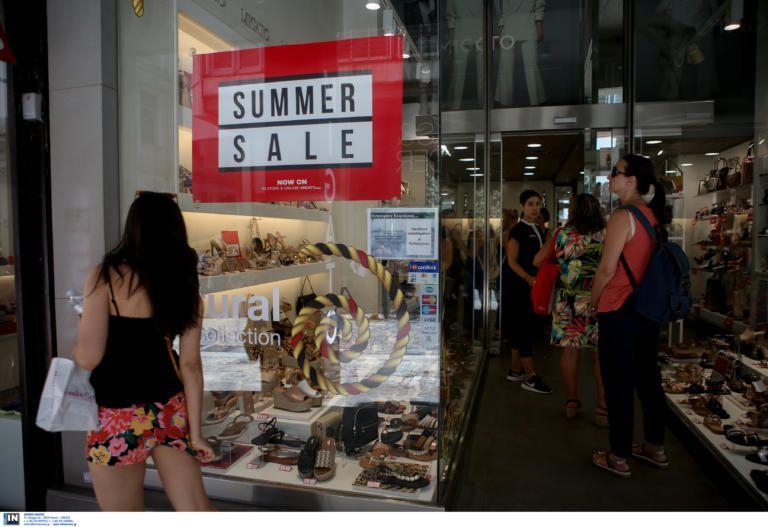 Οι εκπτώσεις οδήγησαν τους καταναλωτές από τις παραλίες στα εμπορικά καταστήματα | tovima.gr