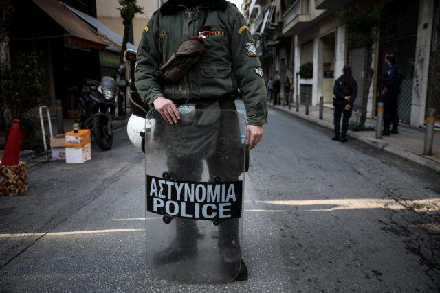 Βίντεο καταγράφει ξυλοδαρμό αστέγου στα Εξάρχεια από ΜΑΤ – Τι καταγγέλλεται | tovima.gr