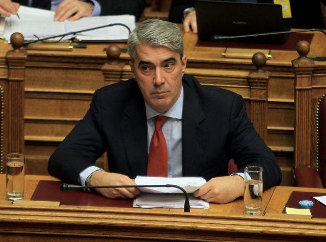 Η πιο ιδιαίετερη παρουσία στη Βουλή, στην αγκαλιά του Κεδίκογλου | tovima.gr