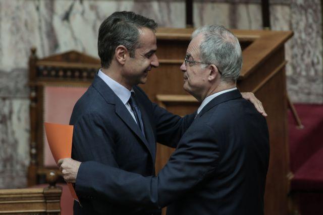 Θερμός εναγκαλισμός Μητσοτάκη – Τασούλα στη Βουλή | tovima.gr