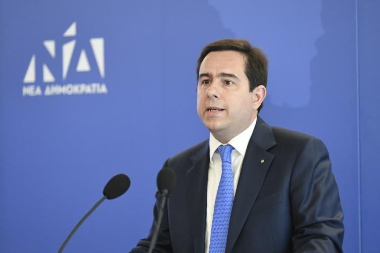 Γιατί ο Μηταράκης έβαψε μπλε το γραφείο του | tovima.gr