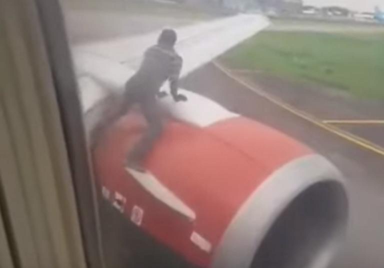 Άνδρας ανέβηκε σε φτερό αεροπλάνου την ώρα της απογείωσης | tovima.gr