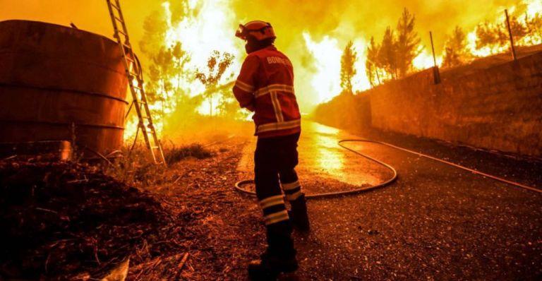 Πορτογαλία: Χωριά απειλεί η πύρινη λαίλαπα – Πάνω από 900 πυροσβέστες στη μάχη με τις φλόγες | tovima.gr