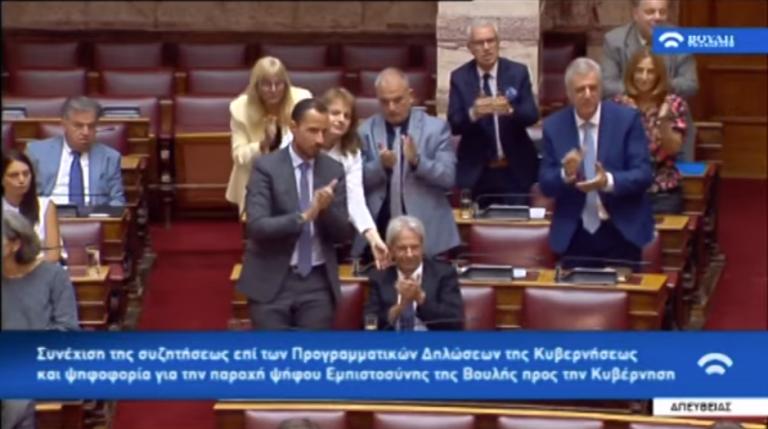 Σκούντησαν βουλευτή του Βελόπουλου που… ξέχασε να σηκωθεί να χειροκροτήσει | tovima.gr