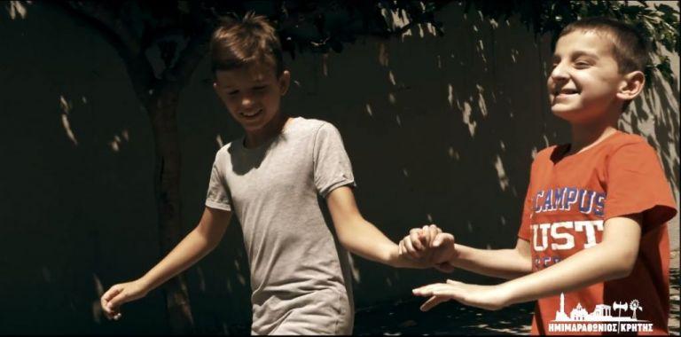 Ημιμαραθώνιος Κρήτης: Το συγκινητικό βίντεο με μαθητή από το σχολείο τυφλών | tovima.gr