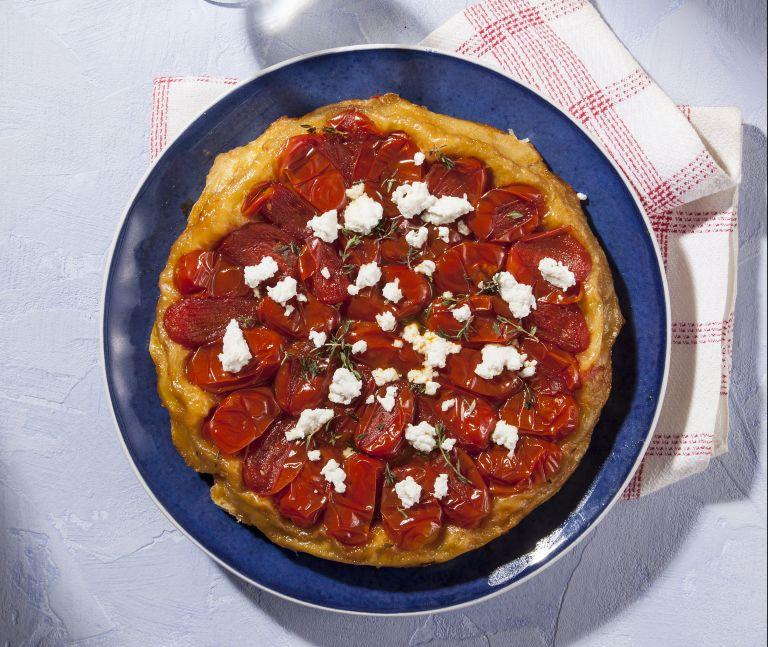Αλμυρή tarte tatin με ντοματίνια και ανθότυρο | tovima.gr