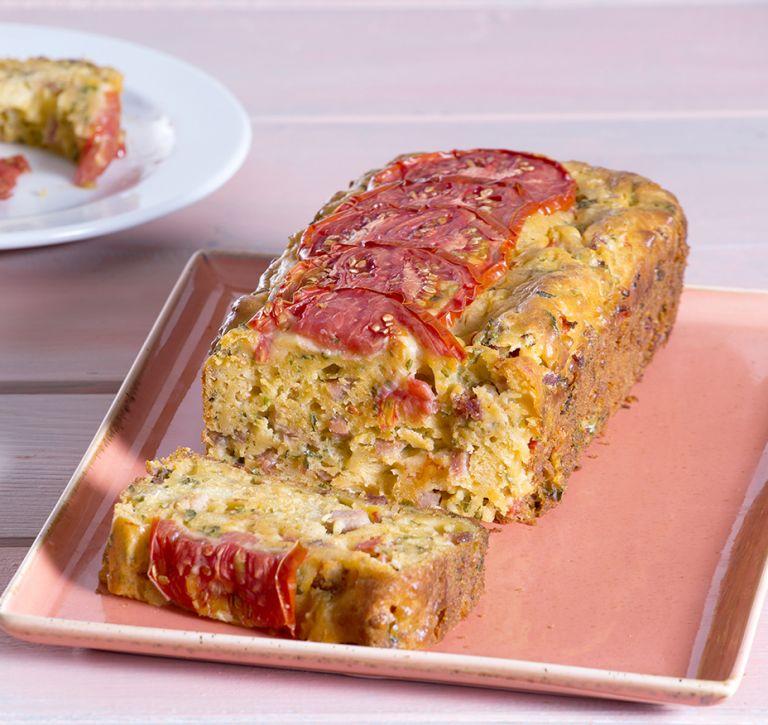 Αλμυρό κέικ ντομάτας με μπέικον και γιαούρτι | tovima.gr
