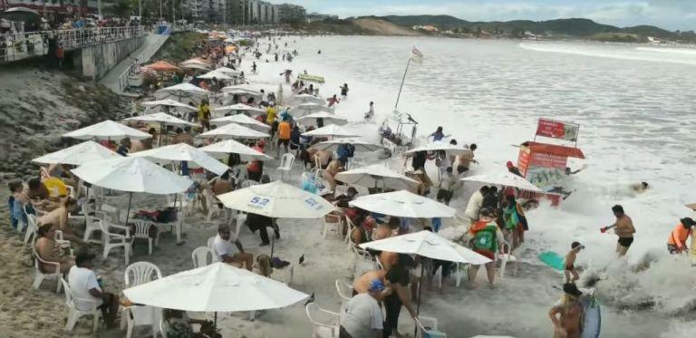 Πανικός! Η στιγμή που γιγαντιαίο κύμα χτυπά παραλία γεμάτη κόσμο | tovima.gr