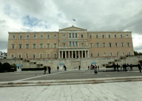 Guardian: Παρελθόν τα τασάκια από το καφέ της Βουλής | tovima.gr