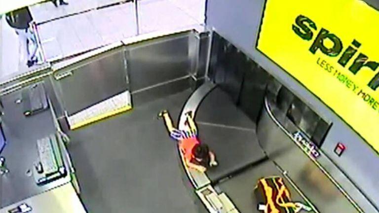 Βίντεο – σοκ: Αγοράκι σκαρφάλωσε στον ιμάντα αποσκευών αεροδρομίου   tovima.gr