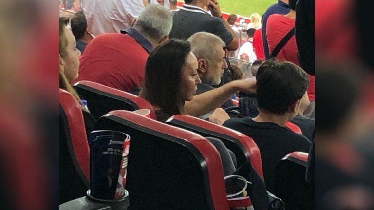 Στο «Γεώργιος Καραϊσκάκης» για το ματς του Ολυμπιακού η Βίκυ Σταμάτη | tovima.gr