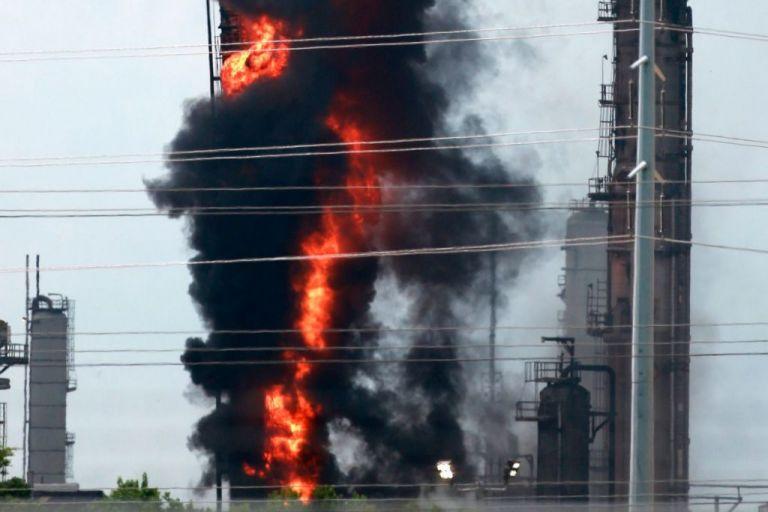 Μεγάλη πυρκαγιά και εκρήξεις σε διυλιστήρια στο Τέξας   tovima.gr
