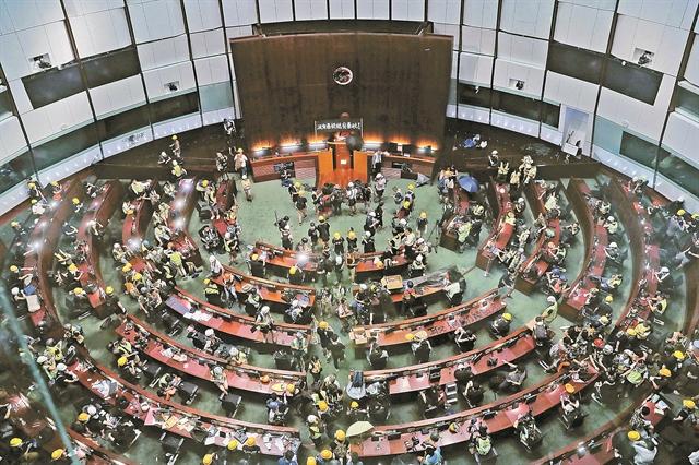 Το Χονγκ Κονγκ ταράζει το Πεκίνο | tovima.gr