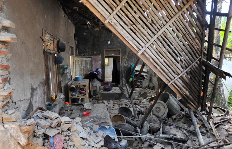 Ινδονησία: 5 νεκροί και δεκάδες τραυματίες από τον σεισμό των 6,9 Ρίχτερ | tovima.gr