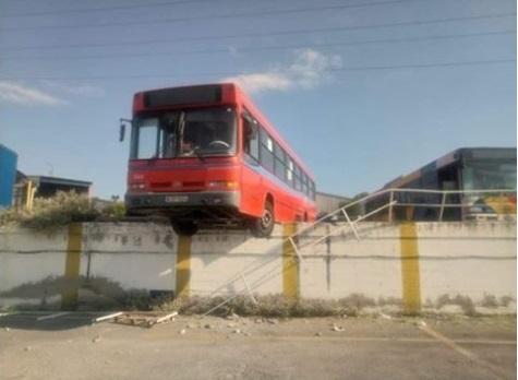 Θεσσαλονίκη: Λεωφορείο χωρίς φρένα βρέθηκε να κρέμεται στο κενό | tovima.gr