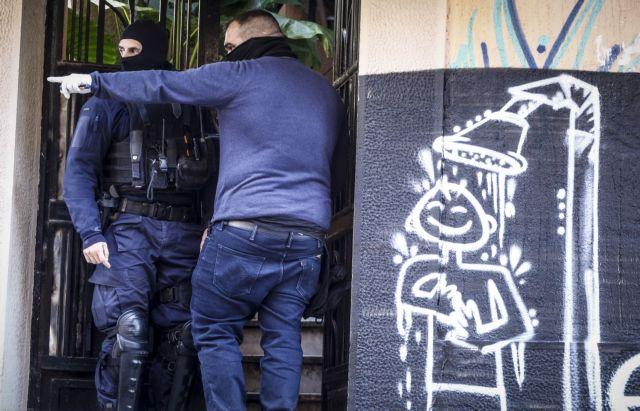 Εξάρχεια: Πιστόλι αστυνομικού στο χέρι εμπόρου ναρκωτικών | tovima.gr