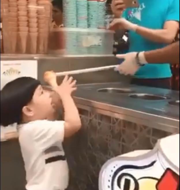 Το «παιχνίδι» με το παγωτό που έγινε viral | tovima.gr