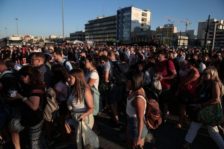 Λιμάνι Πειραιά: Κορυφώνεται η καλοκαιρινή έξοδος – Έχασαν το πλοίο λόγω κίνησης | tovima.gr