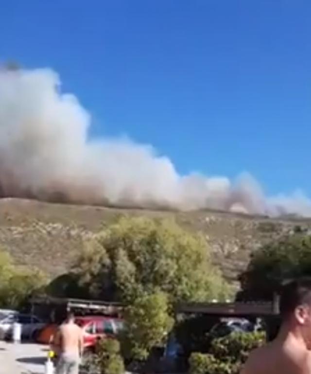 Δασική πυρκαγιά στην Ελαφόνησο – Εκκενώθηκε το camping (βίντεο) | tovima.gr