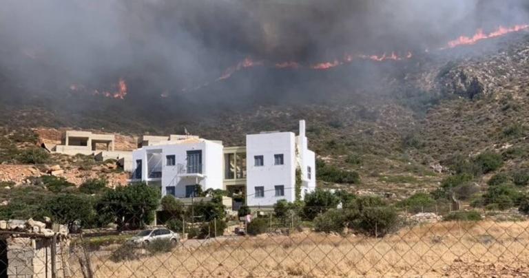 Ελαφόνησος: Ανησυχία για τις αναζωπυρώσεις – Εκκενώθηκαν περιοχές | tovima.gr