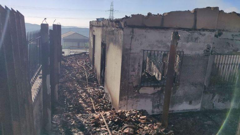 Φωτιά στον Υμηττό: Δύο καμμένα σπίτια , ζημιές σε ακόμη δύο | tovima.gr