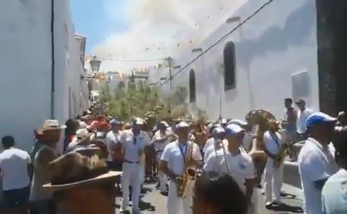 Γκραν Κανάρια: Οι κάτοικοι γιορτάζουν ενώ πίσω τους φλέγεται το νησί | tovima.gr